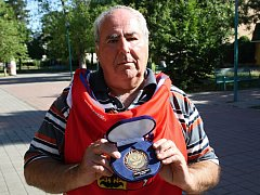 Velké pocty se na letošním mistrovství světa v Pardubicích dostalo Milanu Kučerovi, který od předsedy svazu obdržel originální reprezentační dres a medaili za dlouholetou činnost a významný přínos pro hokejbal.