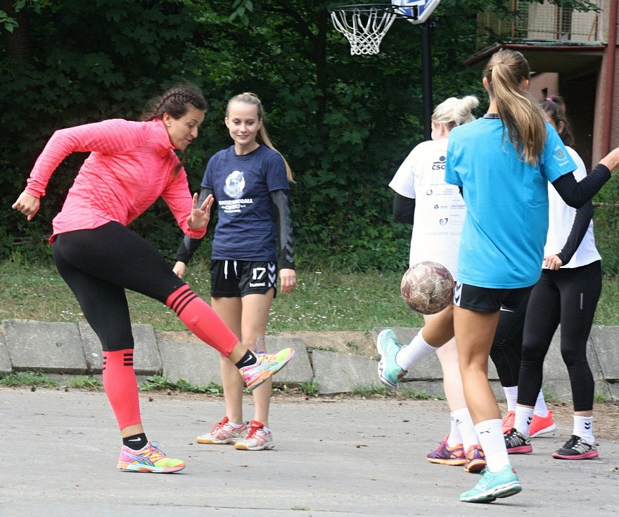Házenkářky Veselí nad Moravou si závěr kondiční přípravy zpestřily krátkým soustředěním na chatě Radost ve Vřesovicích, kam se přesunuly ve čtvrtek odpoledne. Prostředí Chřibů si užijí až do neděle.