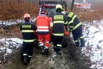 Přeprava zraněného traktorem nepřístupným terénem.