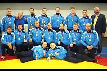 Společná fotka úspěšného družstva mužů.