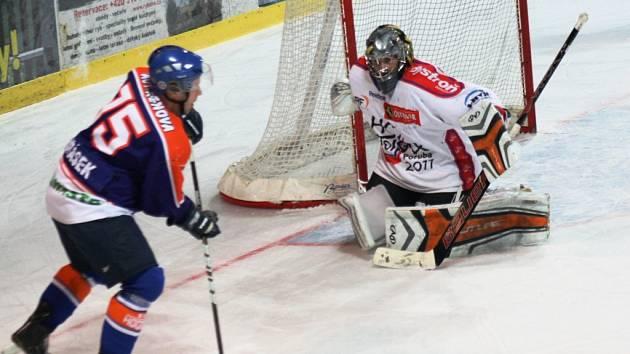 Hodonínští hokejisté (oranžovo-modré dresy) doma vedli s Porubou po polovině utkání 3:1, nakonec ale soupeři ze severu Moravy podlehli 4:5 po samostatných nájezdech.