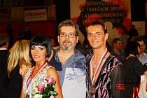 Václav Masaryk pózuje společně s partnerkou Klárou Chvančíkovou a předsedou TK Classic při SVČ Hodonín Stanislavem Chovančíkem.