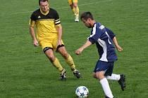 Kapitán Velké nad Veličkou Petr Valášek (ve žlutém dresu) byl v sobotním zápase s Hroznovou Lhotou vyloučený.