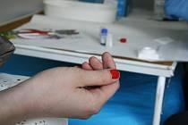 Do Hodonína ke světelné křižovatce dorazila mobilní testovací sanitka. Zájemci v ní mohli využít bezplatného testování na HIV infekci.