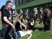 Živé sochy VII, performance Daniely Andršové. Součást hodonínského multižánrového festivalu Soulfly.