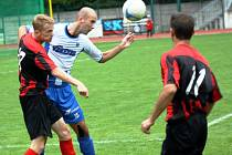 Fotbalisté Hodonína zdolali v 6. kole divize D Napajedla 3:0. Na snímku bojuje o míč domácí útočník Filip Koryčánek (vlevo) s hostujícím stoperem Michale Vrágou.