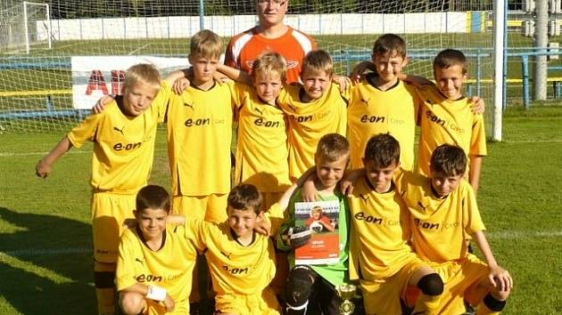Fotbalový kouč David Pazdera (nahoře) ještě při trénování hodonínské mládeže.