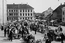 Masarykovo náměstí plné stánků v roce 1930.