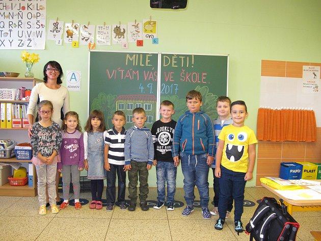 Žáci první třídy ze ZŠ a MŠ vKyjově –  Bohuslavicích spaní učitelkou Jovankou Rybovou.