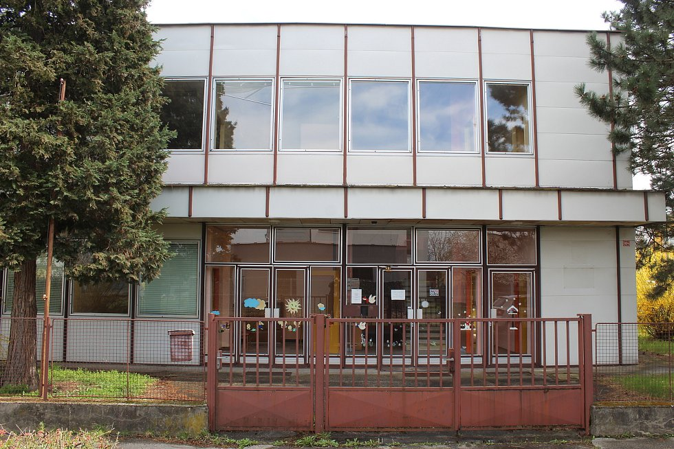 Současný stav areálu bývalé mateřské školy na náměstí 24. dubna ve Veselí nad Moravou.