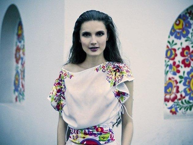 Nové módní modely s tradičními motivy hrají rozmanitými barvami. Někdo si je koupí pro reprezentování Slovácka nebo jen proto, že se mu takový styl líbí. Členové folklorních souborů si nechávají tisknout vlastní návrhy.