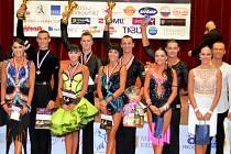 Václav Masaryk s Klárou Chovančíkovou (uprostřed) jako první pár v klubové historii TK Classic při SVČ Hodonín ovládli Taneční ligu dospělých v latinskoamerických tancích pro rok 2014.
