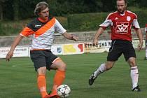 Fotbalisté Kyjova (v bílých dresech) slaví záchranu v první A třídě. Mladý slovácký celek zvítězil v páteční předehrávce 26. kola nad Blatnicí 4:1.