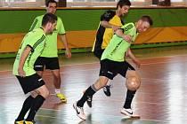 Flamengo (zelené dresy) v divoké a zbytečně tvrdé repríze loňského finále Kyjovské halové ligy zdolalo Beastie Boys 6:4.