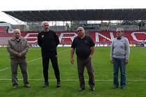 Devětasedmdesátiletý bzenecký funkcionář Jiří Vítek (na snímku vlevo) byl za svoji práci pro fotbal oceněn o poločasové přestávce finálového utkání krajského poháru.