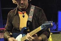 V hodonínské Evropě se spolu s baskytaristou P. J. Rybou představí americký kytarista Dean Brown.