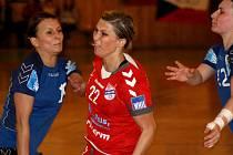 Veselská křídelnice Lucia Súkenníková (v červeném) se proti svému bývalému klubu prosadila šestkrát.