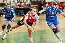 Hráčky Veselí nad Moravou Jitka Tomečková (vlevo) a Jarmila Kočí si nedokázaly poradit s pivotkou Slavie Praha Alenou Stellnerovou. Panenky i proto vysoko prohrály.