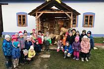 Předškoláci z Mateřské školy v Hrubé Vrbce s paní učitelkou Andreou Kučerovou a paní ředitelkou Věrou Ďugovou.