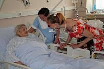 V hodonínské nemocnici rozveselili pacienty velikonoční klauni.