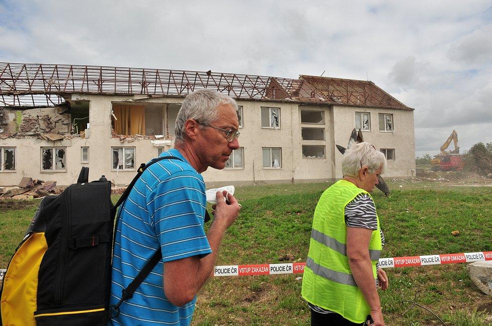 Demolice pod kontrolou jihomoravských hasičů po ničivém tornádu z 24. června 2021. Na snímku Zdravotní středisko Lužice na Hodonínsku.