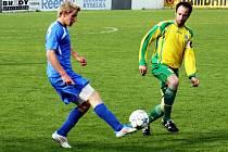 Útočník Mutěnic Dalibor Koštuřík (ve žlutém) se v semifinále krajského poháru FAČR blýskl hattrickem. Celek z Hodonínska porazil Blansko 3:1 a zahraje si finále.