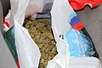 Policisté zajistili v Dubňanech na Hodonínsku dva a půl kilogramu marihuany a šest tisíc eur. Zadrželi kvůli tomu trojici Afghánců a dva Čechy.