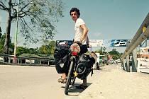 Hodonínský cestovatel na hranici mezi Belize a Guatemalou.