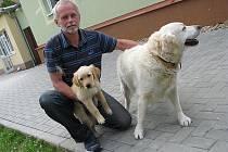 Cvičitel Vlastimil Kluďák s fenkou Leontýnkou.