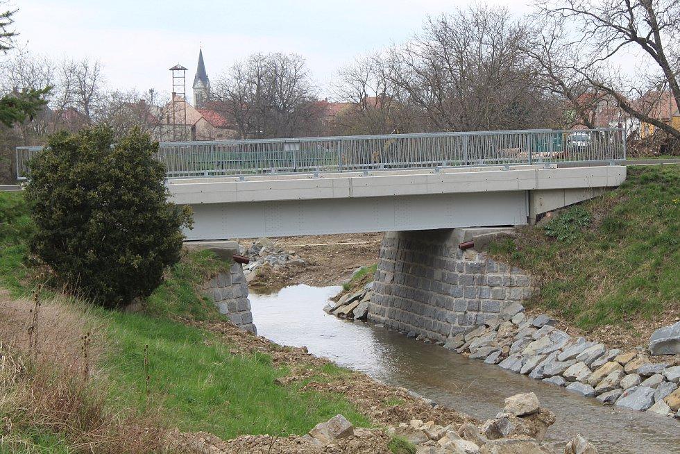 Úpravy koryta říčky Radějovky v Radějově. Nový most.
