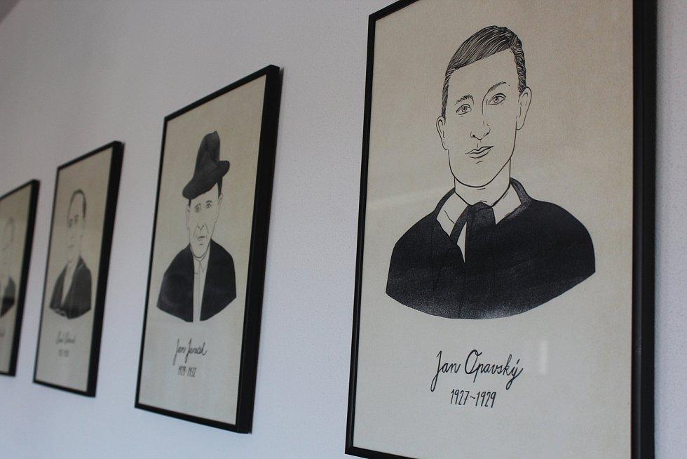 Galerie sudoměřických starostů na obecním úřadě.