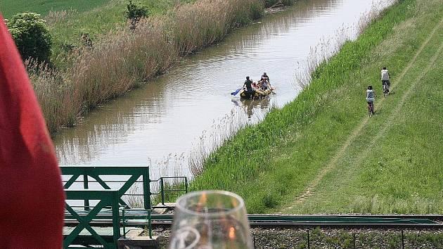 Pohled z Výklopníku na Baťův kanál.