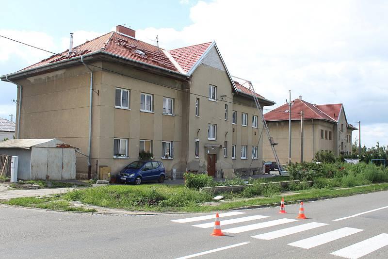 Železniční stanice v Lužicích a její okolí 18. srpna. Činžovní domy před nádražím.