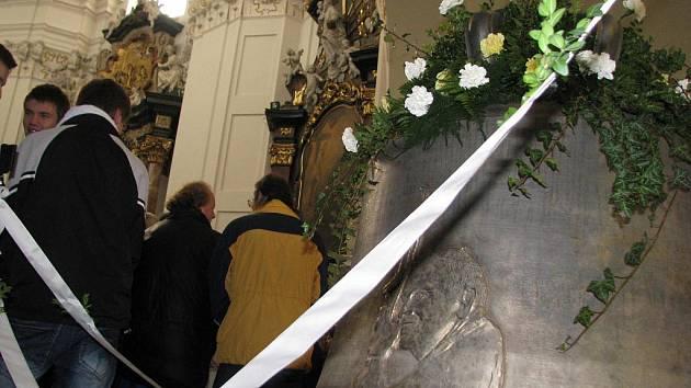Dva nové zvony do kostela svatých Andělů strážných přijel požehnat olomoucký biskup Josef Hrdlička.