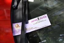 Už téměř tři týdny platí v Hodoníně zákaz reklamy, která se objevovala nejčastěji za stěrači aut, a tím pak ztěžovala život jejich majitelům. V úterý se letáky, které nabízejí erotické služby, objevily zase.