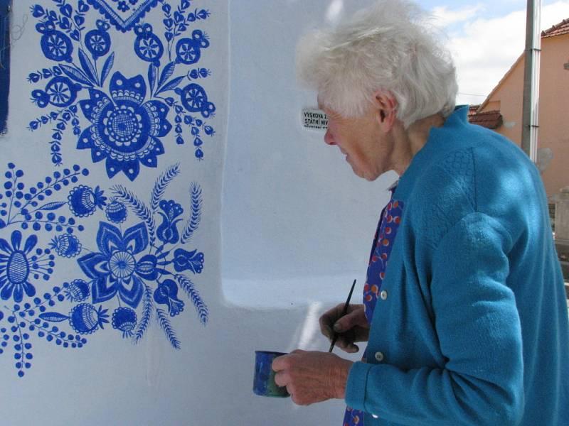 Anežka Kašpárková z Louky obnovovala malbu na tamní kapličce.