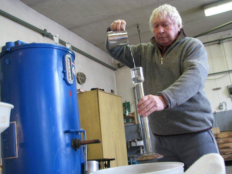 Ve veselské pálenici. Vedoucí, Stanislav Doupovec, kontroluje čerstvě vypálený švestkový destilát.