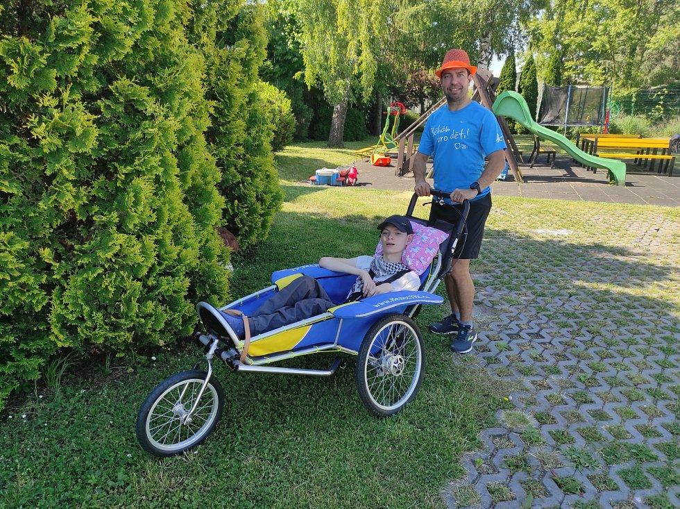 Ultramaratonec Martin Neumann běhá s handicapovanými dětmi.