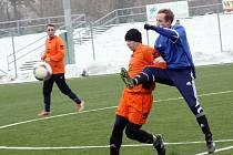 Fotbalisté Velké nad Veličkou porazili na zimním turnaji ve Veselí nad Moravou i zásluhou jedné branky Lukáše Macka (v modrém) domácí tým 5:1.