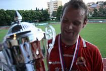 Kapitán Ježova David Ingr proměnil ve finále okresního poháru rozhodující penaltu. Po utkání už pózoval s trofejí.