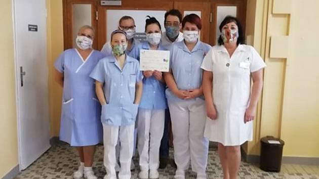 Mažoretky Dejna z Kyjovska pomohly lékařům, sestrám a prodavačkám rouškami.