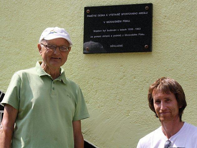 Známý sportovní funkcionář  Josef Formánek (na snímku vlevo) společně s šéfem fotbalového klubu Petrem Týznerem v sobotu dopoledne na stadionu v Moravském Písku odhalili pamětní desku.