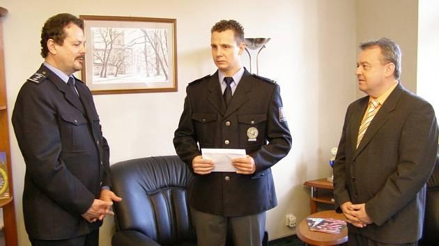 Policistovi Františku Hartmanovi se dostalo osobního poděkování od starosty Veselí nad Moravou Martina Bedravy.