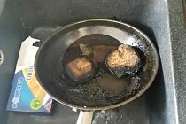 Starší žena zapomněla na sporáku potraviny, v hustém kouři se téměř zadusila. Zachránili ji policisté.