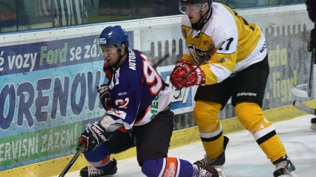 Hodonínští hokejisté (modro-oranžové dresy) v osmém kole druhé ligy přivítali Moravské Budějovice, které vedl bývalý kouč Drtičů Jiří Rech.