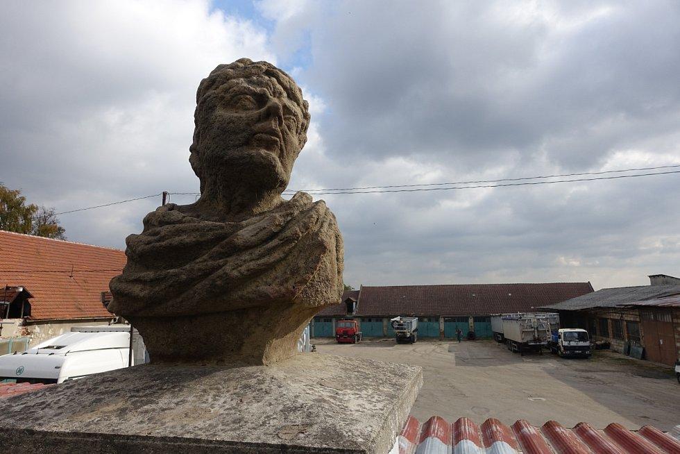 Takzvané svatoborské opice, se konečně dočkaly oprav. Busty boha Januse hlídají vchod do bývalého panského dvora ve Svatobořicích-Mistříně.