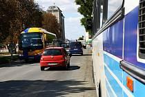 Řidiči autobusů musí v Čejčí čekat či parkovat přímo u kraje široké ulice, ale ani tam někdy nebývá volno. Pak nezbývá než zajet do uliček a komplikovaně se točit.