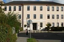 K budovám, které stojí v Hodoníně už dlouhou řadu let, ale občas změní poměrně razantně svůj exteriér, se řadí i školní budova současného gymnázia v ulici Legionářů.
