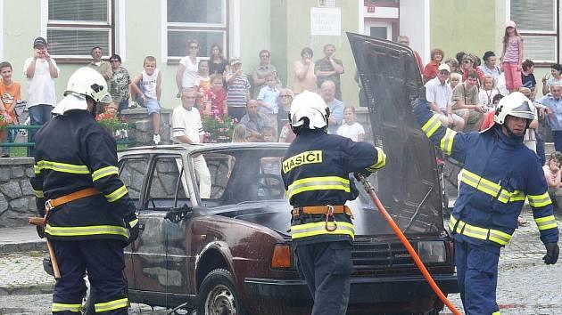 Jak si poradí s hořícím autem, předvedli Ždáničtí během oslav stopětadvacátého výročí založení sboru.