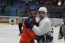 Hodonínští hokejisté (oranžové dresy) podlehli béčku Komety Brno i v mistrovském zápase.